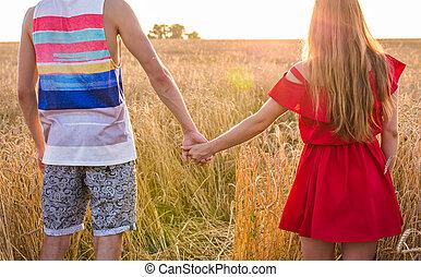 été, blé, couple, ensoleillé, jeune, dos, champ, jour, tenant mains, vue