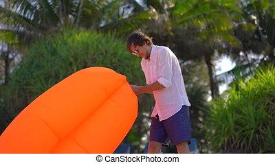 été, concept, gonfle, gonflable, sofa., jeune, vacances, plage tropicale, homme