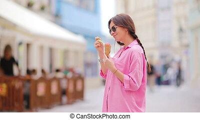 été, concept, manger, doux, -, jeune, glace, chaud, outdoors., cône, femme, glace, modèle, woamn, jour, crème