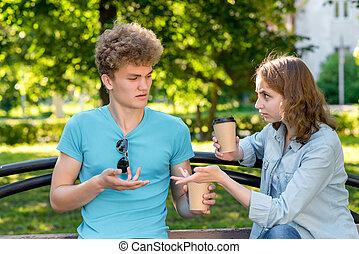 été, concept, réclamation, thé, autre., conversation, girl, tasses, nature., tient, communication., café, sien, parc, malentendu, mains, hands., il, resentment., chaque, type, geste