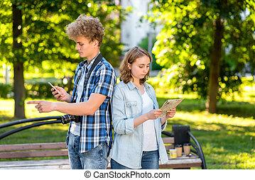 été, concept, road., ville, nature., tient, map., lost., jeune, girl., smartphone, choisir, mains, geste, type, touristes, route