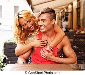 été, couple, jeune, derrière, table, élégant, café, heureux