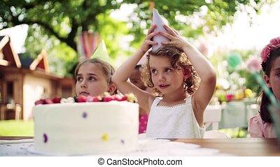 été, dehors, jardin, fêtede l'anniversaire, petit, concept., célébration, girl