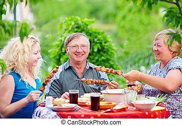 été, extérieur, pique-nique famille, ensemble, heureux