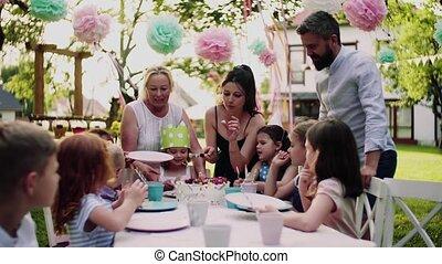 été, fête, petit, dehors, manger, cake., enfants, table, séance, jardin