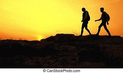 été, famille, rocheux, randonnée, voyageurs, voyage, jeune, piste, aventure, heureux, sacs dos, concept., sunset.