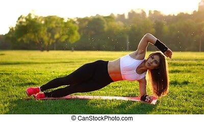 été, femme, abdominal, natte, craquements, parc, mouvement, lent, exercice forme physique, sunset.
