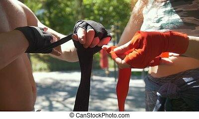 été, femme, athlétique, séance entraînement, emballage, pansements, parc, ralenti, mains, caucasien, homme