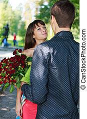 été, femme, cadeau, bouquet, parc, jeune, roses, rouges, homme