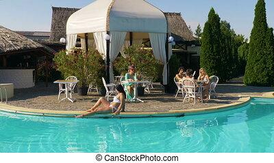 été, femme, gens, piscine, séance, chaud, bord, terrasse, table, jour, refroidir