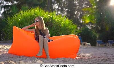 été, femme, gonflable, sofa., jeune, vacances, exotique, concept, assied, plage