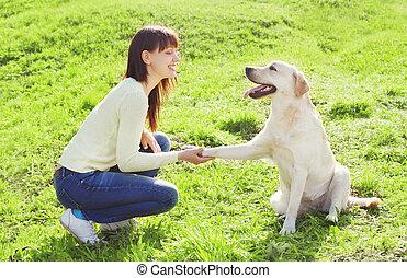 été, femme, labrador, chien, trains, propriétaire, herbe, jour, retriever, heureux