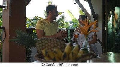 été, femme, mélange, communication, couple, séance, conversation, course, terrasse, jus, boire, heureux, homme