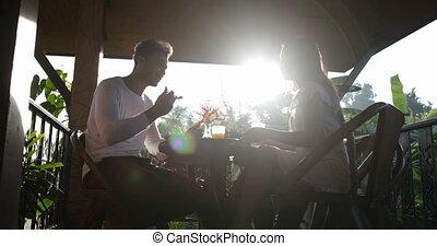 été, femme mange, sain, communication, couple, terrasse, matin, quoique, dehors, petit déjeuner, apprécier, repas, homme