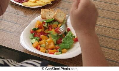 été, femme mange, salade, dehors, légume