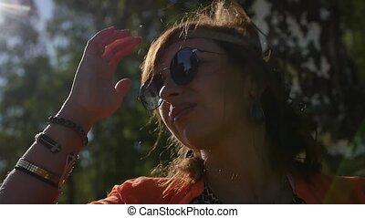 été, femme, nature, vacances, heureux, field., portrait, sourire, lunettes soleil, gens, concept, vacances