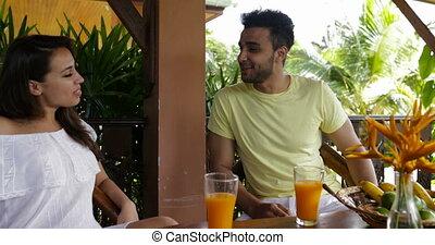 été, femme parler, séance, communication, couple, jeune, terrasse, pendant, petit déjeuner, heureux, homme