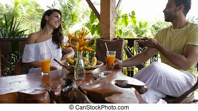 été, femme parler, séance, couple, hôtel, ensemble, gai, mélange, course, terrasse, dehors, table, petit déjeuner, heureux, avoir, homme