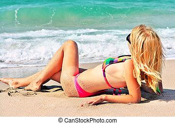 été, femme prendre bain soleil, voyage, bord mer, swimwear, jeune regarder, recours, bikini, mer, plage, sablonneux