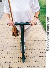 été, femme, scooter électrique, park., unrecognizable, équitation