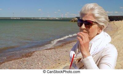 été, femme, secousse, personne agee, plage, boire
