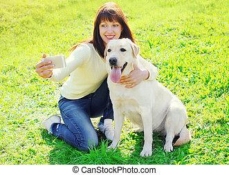 été, femme, selfie, labrador, prendre, chien, smartphone, propriétaire, portrait, herbe, jour, retriever