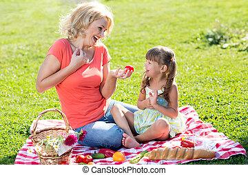 été, fille, herbeux, famille, -, holiday., mère, pique-nique, lawn., heureux