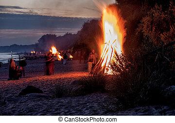 été, gens, célébrer, unrecognisable, plage, solstice, feux joie