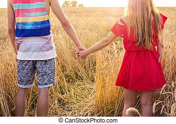 été, gros plan, blé, couple, ensoleillé, jeune, dos, champ, jour, tenant mains, vue