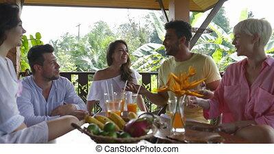été, groupe, conversation, séance gens, ensemble, jus, divers, terrasse, table, boire, amis, heureux