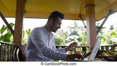 été, hôtel, business, fonctionnement, forêt, ordinateur portable, boisson, jeune, exotique, jus, quoique, informatique, terrasse, dactylographie, pendant, petit déjeuner, dehors, type, homme