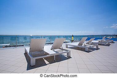 été, hotel., plage., pont préside, exotique, vacation., luxe, lot, sunbeds, blanc, balcon