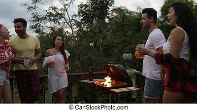 été, joindre, tenue, gens, communication, couple, main, terrasse, tropique, barbecue, fête, amis, avoir, groupe