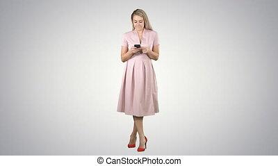 été, jolie fille, arrière-plan., mobile, texting, gradient, téléphone, portrait, utilisation, message, sourire, vêtements