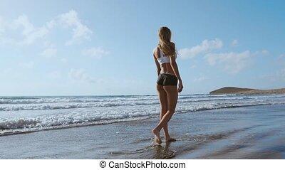 été, marche, femme, jambe, concept., haut, jeune, eau, sable, plage., nu, mer, pied, fin, long, vague, voyage