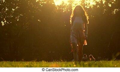 été, marche, femme, pieds nue, chaussures, elle, main, prise vue., jeune, zoom, élevé, couleurs, chaud, coucher soleil, 4k, tenue, herbe, talon, dehors