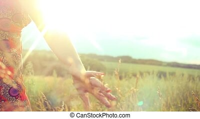 été, marche, femme, roux, soleil, long, champ, toucher, rayons, par, lumière soleil, va, herbe, robe, jour