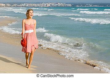 été, marche, femme souriant, plage, heureux