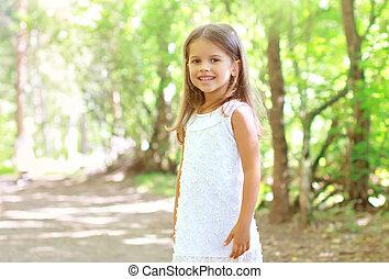 été, marche, girl, ensoleillé, peu, forêt, portrait, sourire, jour