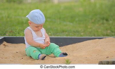 été, mignon, garçon, parc, sable, arrière-plan vert, bébé, sandbox., herbe, jouer