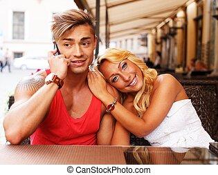 été, mobile, couple, jeune, téléphone, derrière, élégant, table, café