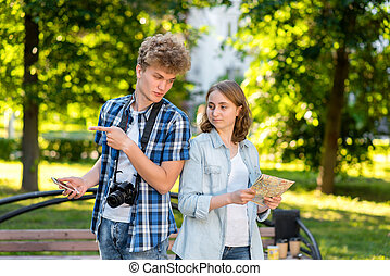 été, movement., smartphone, cou, map., exposition, parc, nature., tient, direction, jeune, gestes, mains, appareil-photo., numérique, tourists., girl, type, route
