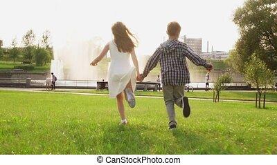 été, parc, insouciant, ensemble, courant, tenant mains, herbe, enfants