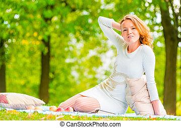 été, pelouse, femme, parc, poser, vide
