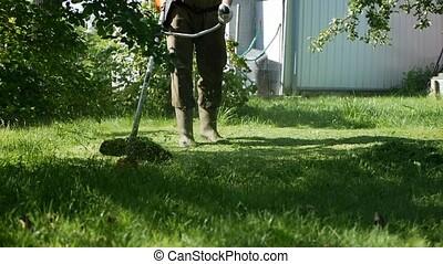 été, pelouse, mâle, chevêtre, essence, country., ensoleillé, faucheur, day., découpage, moteur, slowmotion, ouvrier, herbe
