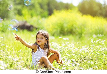 été, petite fille, avoir, jour, amusement, bulles, savon