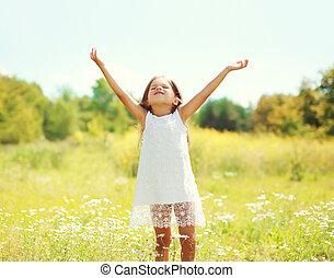été, peu, dehors, jour ensoleillé, enfant, amusement, girl, apprécier, avoir, heureux