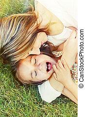 été, peu, elle, dehors, jour ensoleillé, mère, amusement, girl, herbe, avoir, heureux
