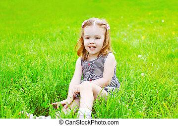 été, peu, jour ensoleillé, enfant, portrait, sourire, herbe, girl