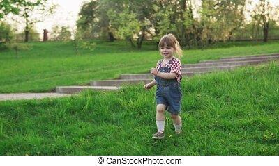 été, peu, parc, ensoleillé, courant, girl, herbe, heureux